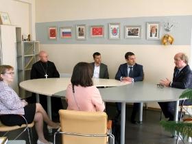 Протоиерей Дмитрий Симонов посетил торжественную линейку в школе-интернате для слабовидящих детей